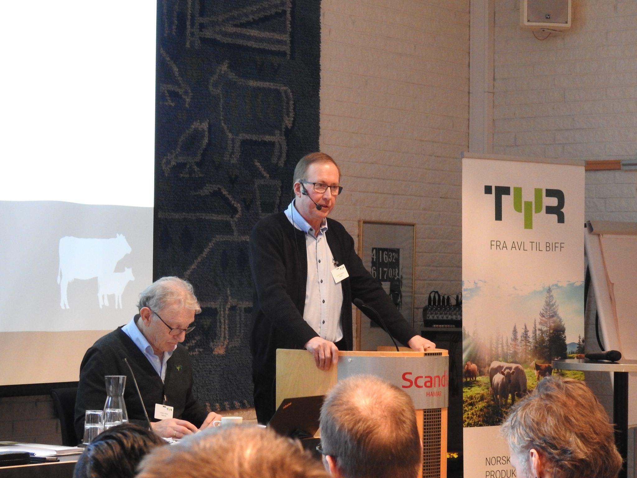 Leif Helge Kongshaug ved talerstolen på årsmøtet i TYR 2018.
